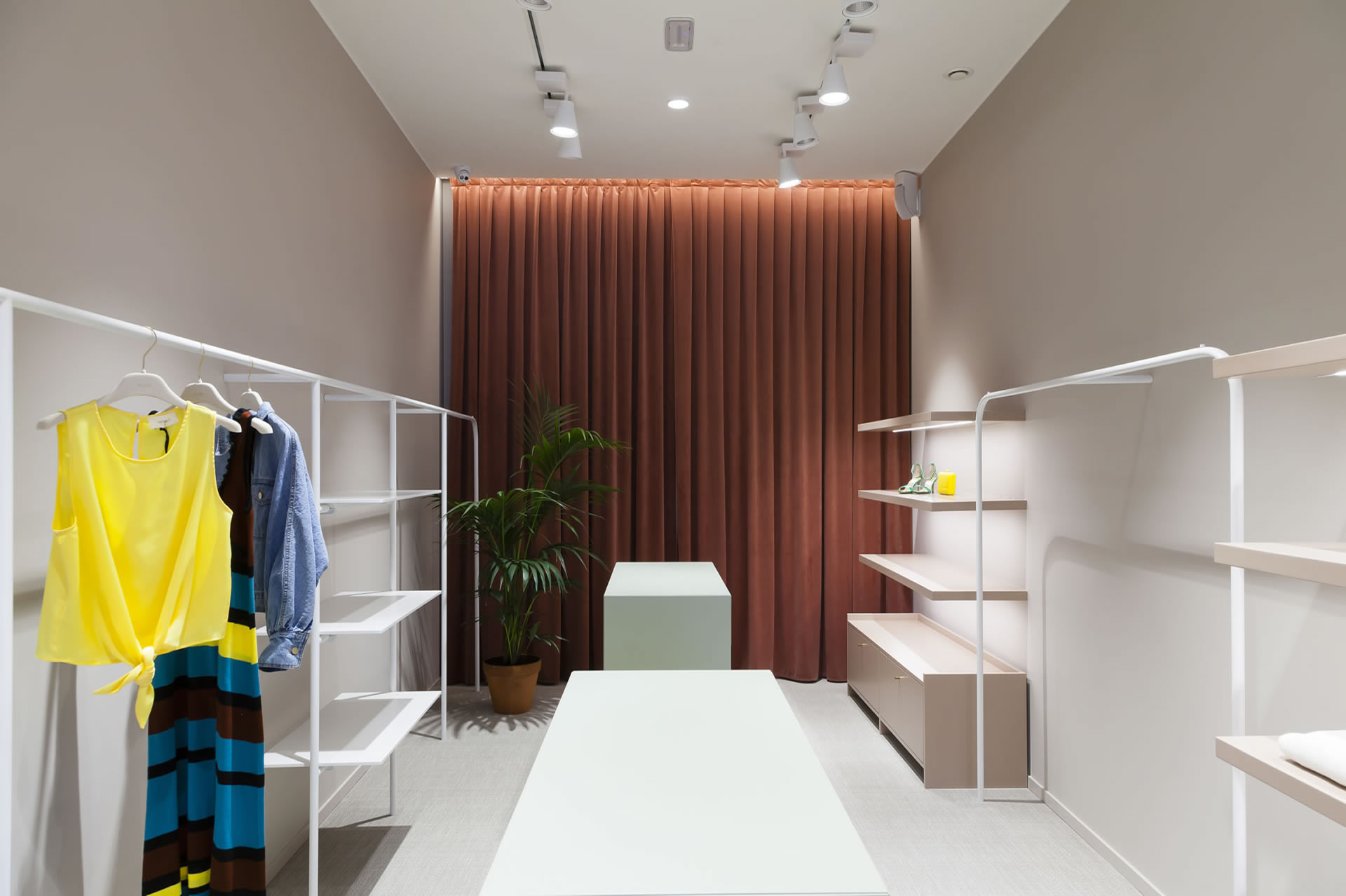 plas fashion gravina 2019/05 plas fashion store gravina puglia bari interior design project arredo d interni midcentury pleroo architects studio.jpg